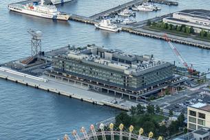 スカイガーデンから見下ろす横浜ハンマーヘッドの写真素材 [FYI04668381]