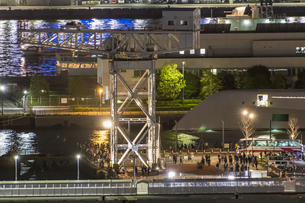 新たな観光スポットとして賑わう横浜ハンマーヘッドの写真素材 [FYI04668383]