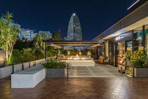横浜ハンマーヘッドからインターコンチネンタルホテルを正面に望むの写真素材 [FYI04668387]