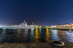 マリン&ウォーク ヨコハマと停泊するメガヨットの写真素材 [FYI04668390]