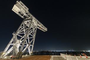 新港ふ頭に立つ産業遺産「ハンマーヘッドクレーン」の写真素材 [FYI04668391]