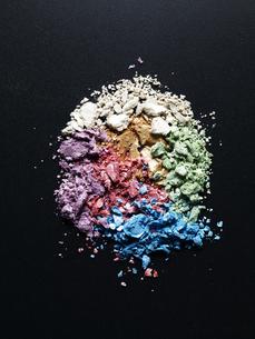 黒背景の粉々に砕けた色々な色のアイシャドウの写真素材 [FYI04668588]