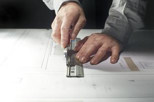カッターで作業する男性の手の写真素材 [FYI04668610]
