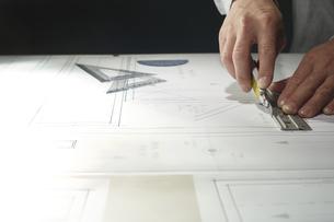 カッターで作業する男性の手の写真素材 [FYI04668611]
