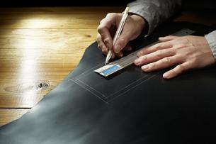 革に下書きする男性の手の写真素材 [FYI04668613]