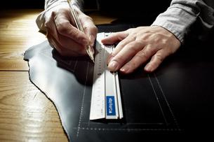 革に下書きする男性の手の写真素材 [FYI04668615]