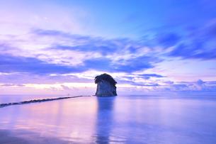 能登半島国定公園 夜明けの見附島の写真素材 [FYI04668621]