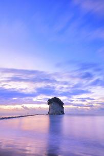 能登半島国定公園 夜明けの見附島の写真素材 [FYI04668622]