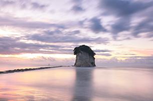 能登半島国定公園 夜明けの見附島の写真素材 [FYI04668623]