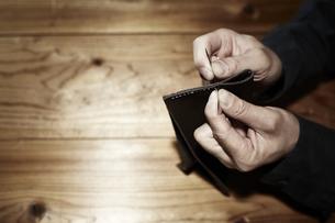 革を縫う男性の手の写真素材 [FYI04668624]