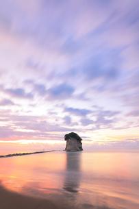 能登半島国定公園 夜明けの見附島の写真素材 [FYI04668625]