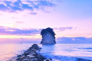 能登半島国定公園 夜明けの見附島の写真素材 [FYI04668628]