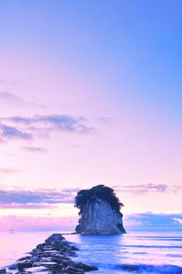 能登半島国定公園 夜明けの見附島の写真素材 [FYI04668630]