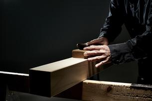 材木を削る男性の手の写真素材 [FYI04668634]