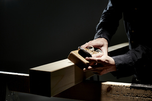 材木を削る男性の手の写真素材 [FYI04668635]