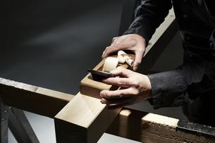 材木を削る男性の手の写真素材 [FYI04668636]