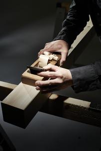 材木を削る男性の手の写真素材 [FYI04668637]