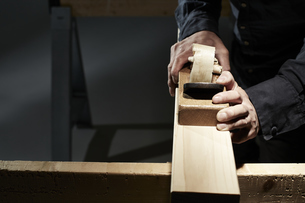 材木を削る男性の手の写真素材 [FYI04668638]