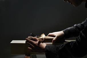 材木を削る男性の手の写真素材 [FYI04668639]