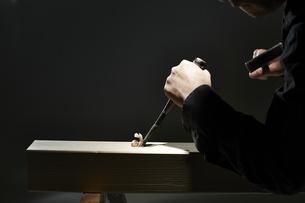 材木を彫る男性の手の写真素材 [FYI04668640]