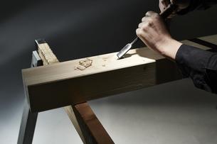 材木を彫る男性の手の写真素材 [FYI04668641]