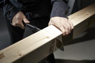 材木を切る男性の手の写真素材 [FYI04668646]