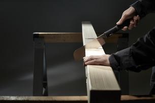 材木を切る男性の手の写真素材 [FYI04668649]