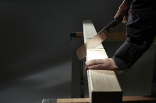 材木を切る男性の手の写真素材 [FYI04668651]