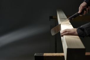 材木を切る男性の手の写真素材 [FYI04668654]