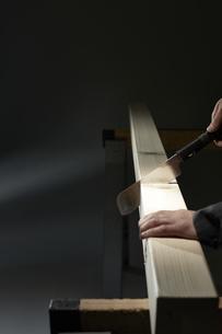 材木を切る男性の手の写真素材 [FYI04668656]