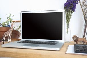 ノートパソコンと自宅のワークスペーステーブル周りの写真素材 [FYI04668657]