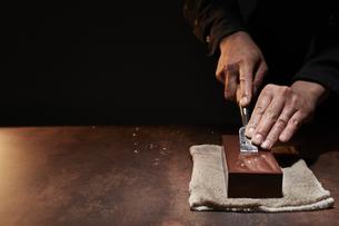 ノミを研ぐ男性の手の写真素材 [FYI04668662]