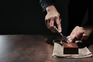 ノミを研ぐ男性の手の写真素材 [FYI04668663]