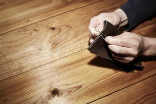 革を縫う男性の手の写真素材 [FYI04668671]