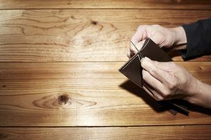 革を縫う男性の手の写真素材 [FYI04668672]