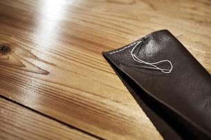 天板の上の縫いかけの革製品の写真素材 [FYI04668673]