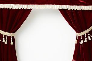 タッセルが付いているベロアの赤いカーテンの写真素材 [FYI04668688]