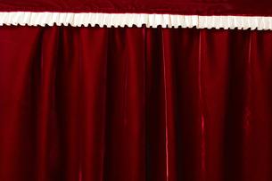 ベロアの赤いカーテンの写真素材 [FYI04668689]