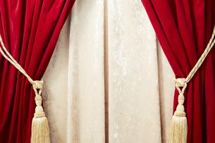 タッセルが付いているベロアの赤いカーテンの写真素材 [FYI04668690]
