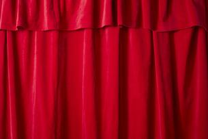 画面いっぱいの赤色のカーテンの写真素材 [FYI04668693]