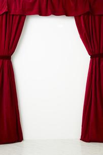 タッセルでとめられた赤色のカーテンの写真素材 [FYI04668694]