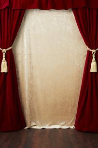 タッセルでとめられた赤色のカーテンの写真素材 [FYI04668695]