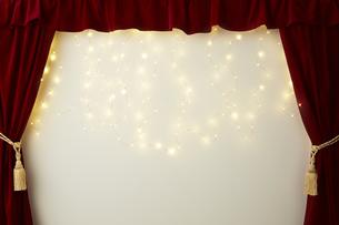 ベロアの赤いカーテンとキラキラした光の写真素材 [FYI04668697]
