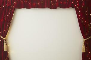 ベロアの赤いカーテンとキラキラした光の写真素材 [FYI04668698]