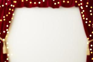 ベロアの赤いカーテンとキラキラした光の写真素材 [FYI04668699]