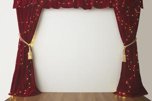 ベロアの赤いカーテンとキラキラした光の写真素材 [FYI04668700]
