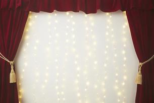 ベロアの赤いカーテンとキラキラした光の写真素材 [FYI04668701]