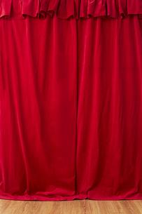 垂れ下がった赤い布の写真素材 [FYI04668705]