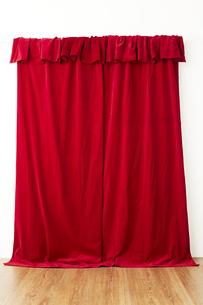 垂れ下がった赤い布の写真素材 [FYI04668706]