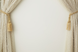 タッセルで束ねられたベージュの布とレースの写真素材 [FYI04668717]